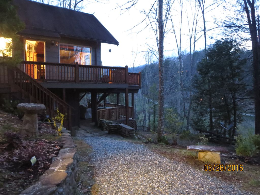 Hummingbird hideaway pets wifi pond to fish swim hiking for Smoky mountain cabins with fishing ponds