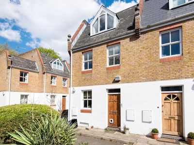 Photo for Spacious townhouse in Richmond. Private Parking