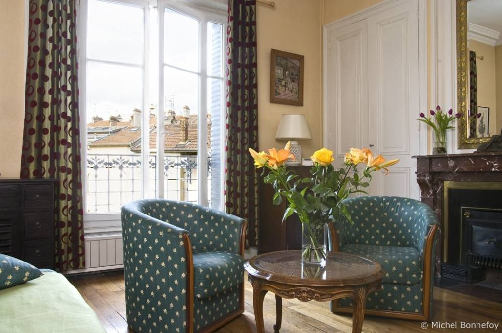 A very French apartment : you will know you are in France !