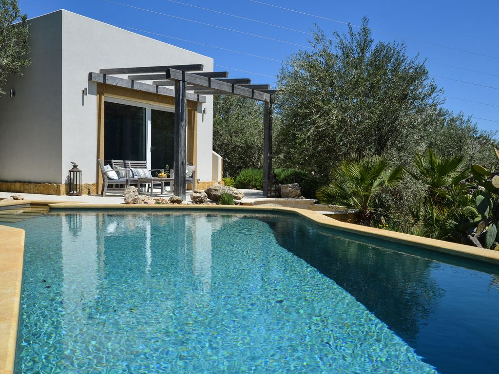 Infinity Pool House. Trabia House Rental Infinity Pool