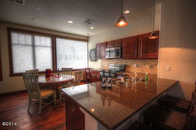 BEAUTIFUL NEW KITCHEN WITH GRANITE BREAKFAST BAR