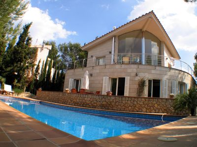 Photo for Spectacular and spacious three-level villa with large windows.