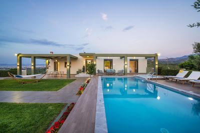 Luxurious villa with private pool and amazing views !
