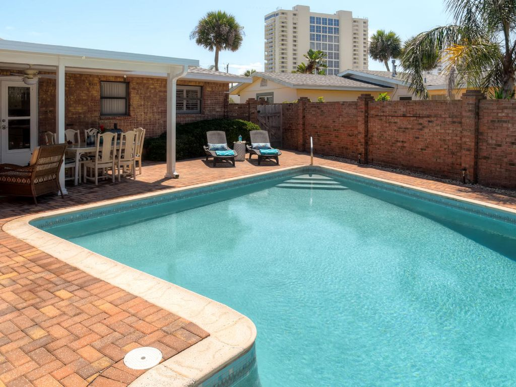 Daytona Beach Pool Steps Until Your Toes T Vrbo