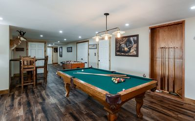 Lakefront w/ game room, hot tub, perfect for families, deer sighting!