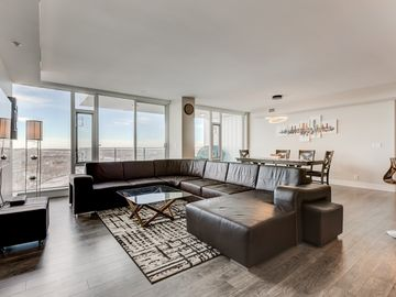 Luxury Downtown Sub-Penthouse Condo on Riverfront - Near Stampede (1320 sq ft)