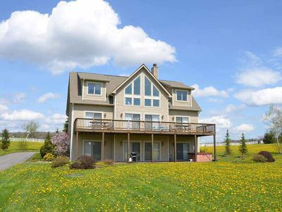 Lake access home in golf area with hot tub, pool table and community amenities!