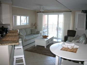 Luxury Bayfront 2BR Condo, Sleeps 6-8, indoor pool,  1 block walk to beach