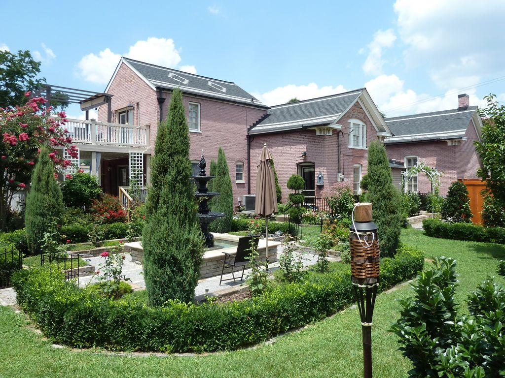 Colonial germantown downtown nashville 3 vrbo for Garden spas pool germantown tn