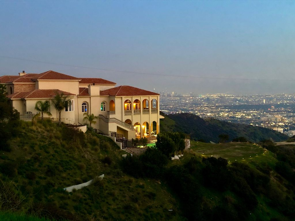 Live Like A Celebrity In This Gorgeous Hollywood Hills Mansion With Pool Views Hollywood Hills West