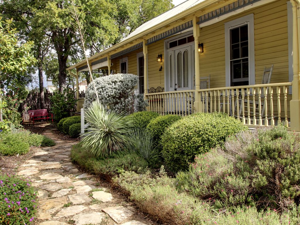 Gruene 39 s yellow haus suite sleeps 1 14 walk to gruene - 2 bedroom suites in new braunfels tx ...