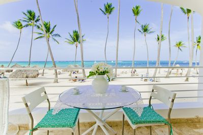 How about a cup of tea or fresh juice admiring this stunning ocean view?