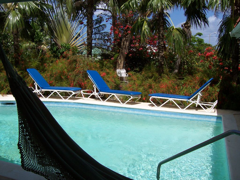 Spacois villa private swimming pool tropical garden for Private swimming pool