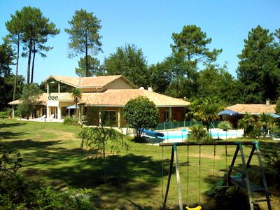 Photo for Large luxury villa in the forest, heated pool, quiet garden.