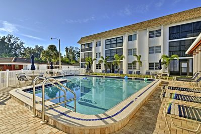 Come see Siesta Key and stay at this 2-bedroom, 2-bath vacation rental condo.