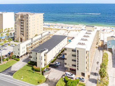 Gulfside getaway w/ two outdoor pools, free WiFi, & beach access!