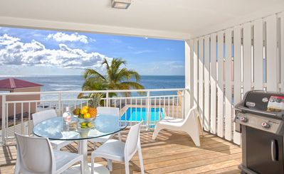 NEW & CENTRAL Apartment on the Grand Case Beach. Pool, GARAGE. Kind Size Bed.