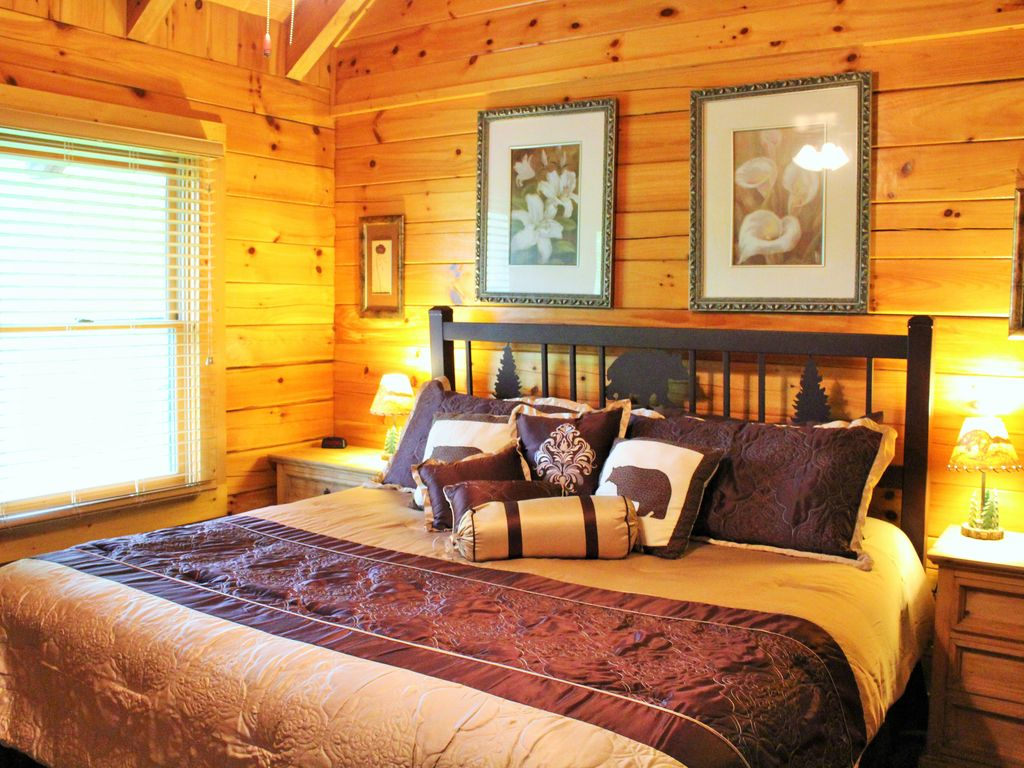 Large luxury cabin located close to downtown gatlinburg for Cabins near downtown gatlinburg