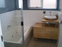 Anglesea Beach House spa bath & bathroom
