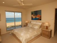 Sleep to the sound of the waves in the luxurious master bedroom
