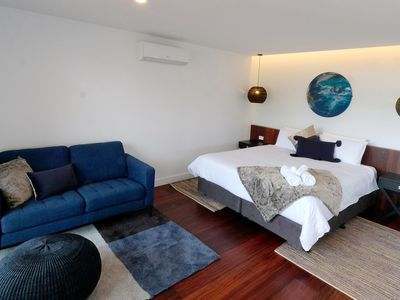 King-sized bed, fresh linen and towels. 2.5-seat sofa