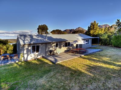 Located in the middle of Coles Bay, close to the National Park, beaches & shops