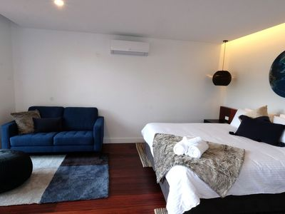 King-sized bed, fresh linen & towels. 2.5-seat sofa, 300-year-old jarrah