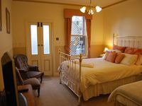 Wright House - Bed Room 2 Luxury Queen bed with ensuite & spa PLUS single bed