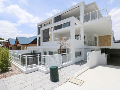 LUXURY 5 STAR PERTH SLEEPS 5 + 1 CHILD FRONT OF BUILDING