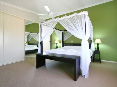 Four poster king size bed in Seaview suite