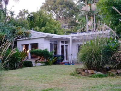 This tranquil cottage is on the lake and 100m walk to the surf beach