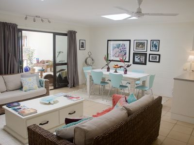 Bright & sunny lounge/dining area