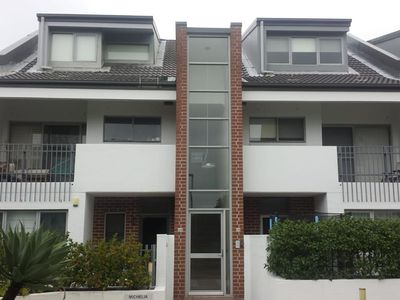 Great townhouse in quiet complex close to city,  beaches, airport
