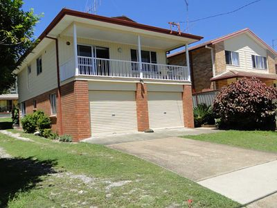 3 Tomaree Street - cute 4 bedroom house with aircon in the heart of town