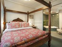 King bed with spa Keepers Cottage