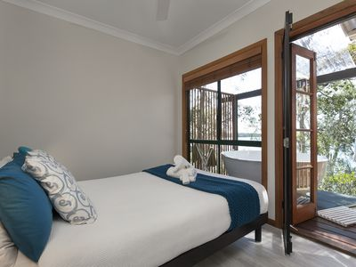 Deluxe Cottage - Cormorant Bedroom with double Spa Bath on verandah