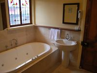 Pickett Cottage ensuite with spa.