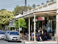 10 minute walk to Queen Street cafes (day trade only)