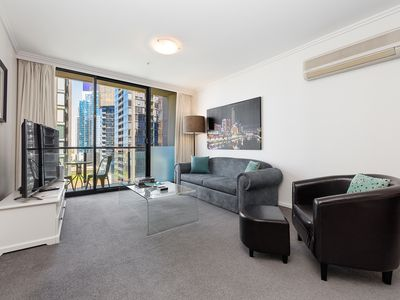 """Southbank serviced apartment spacious, comfy living area with 60"""" UHD Smart TV"""