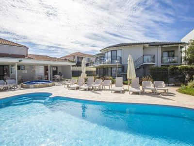 2 B/R Beach Resort Apartment close to Sorrento Beach with communal pool.