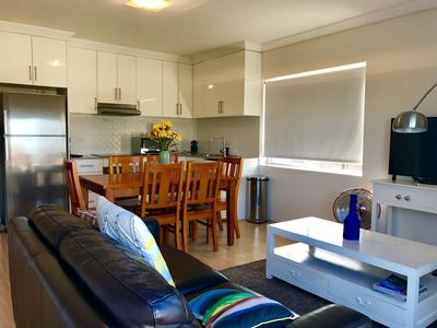 Sun drenched renovated 2 bedroom apartment, 5 minutes stroll to Bronte beach