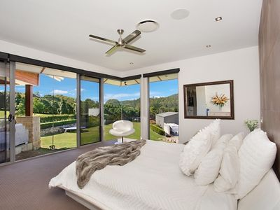 SPACIOUS MASTER ENSUITE WITH AMAZING FLOOR TO CEILING VIEWS