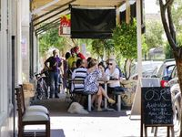 10 minute walk to Queen Street cafes - Dog and bike friendly