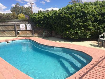 500m from main street, salt pool, BBQ, free wifi, pool toys, kitchenette, games.