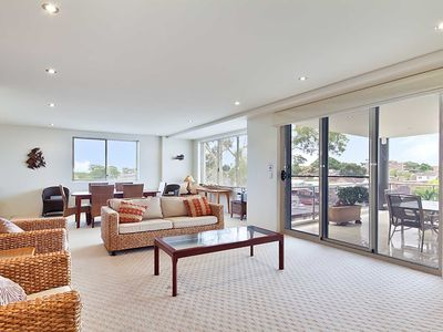 8 'Carrington' 15 Government Road - spacious unit with air conditioning and lift