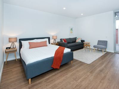 Bed and lounge area in Jury Room Unit 4